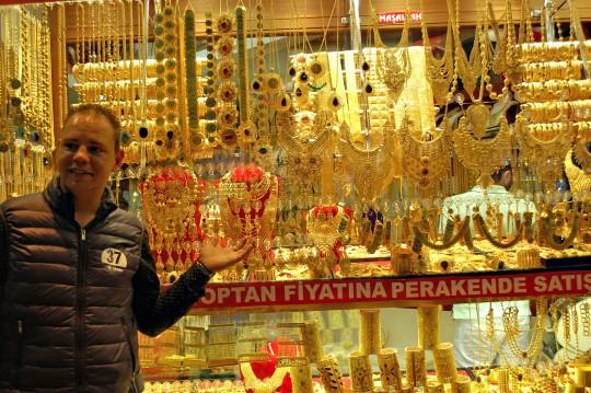 Joyería resplandeciente en el Gran Bazar de Estambul.