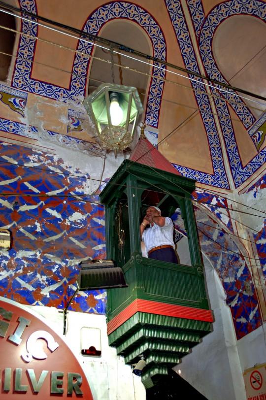 El muecín llamando a la oración dentro del Bazar.
