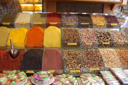 Puestos variados en el Bazar Egipcio, o Bazar de las Especias.