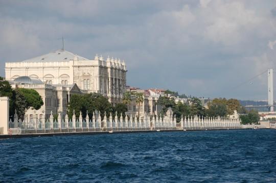 El opulento palacio Dolmabaçe, junto al Bósforo.