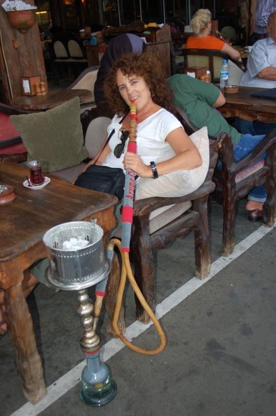 Un narguile con un té bajo el puente Gálata.
