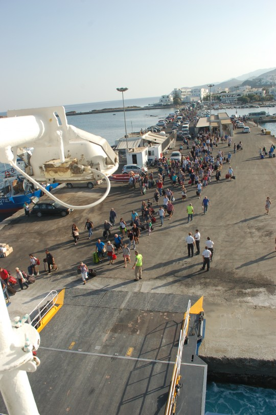 Colas para embarcar en Naxos.