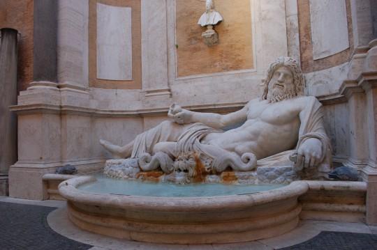 Fuente en el patio del Palazzo Nuovo, en el Capitolio romano.
