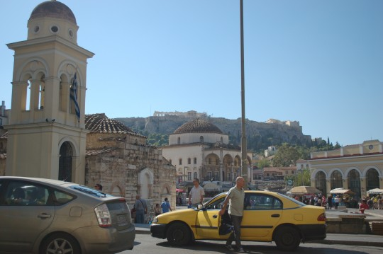 Una iglesia bizantina, una mezquita y la Acrópolis al fondo, en la plaza Monastiraki de Atenas.