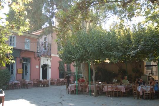 La escondida y popular taberna Platanos, en pleno centro de Atenas.