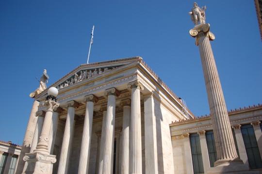Fachada clásica de la Universidad de Atenas.