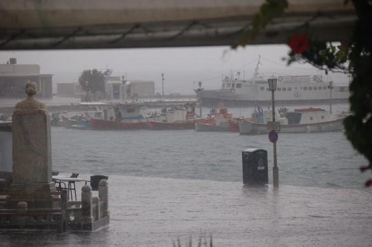 La lluvia sobre el puerto de Mykonos.