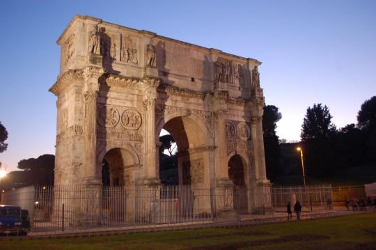Visión nocturna y fría del Arco de Constantino.
