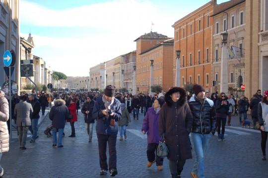 La multitud se encamina a San Pedro por la Via della Conciliazione.