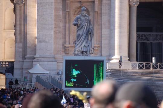 Hay varias formas de seguir las palabras del Papa en San Pedro.