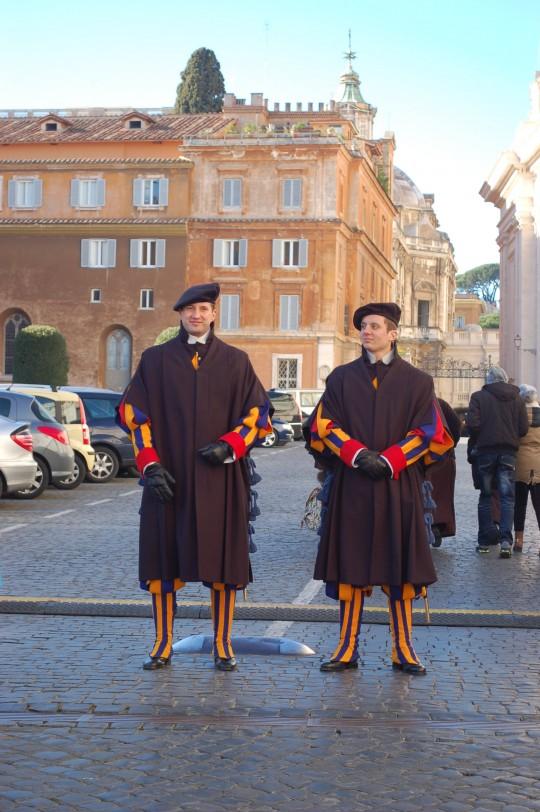 Dos integrantes de la Guardia Suiza en el Vaticano.