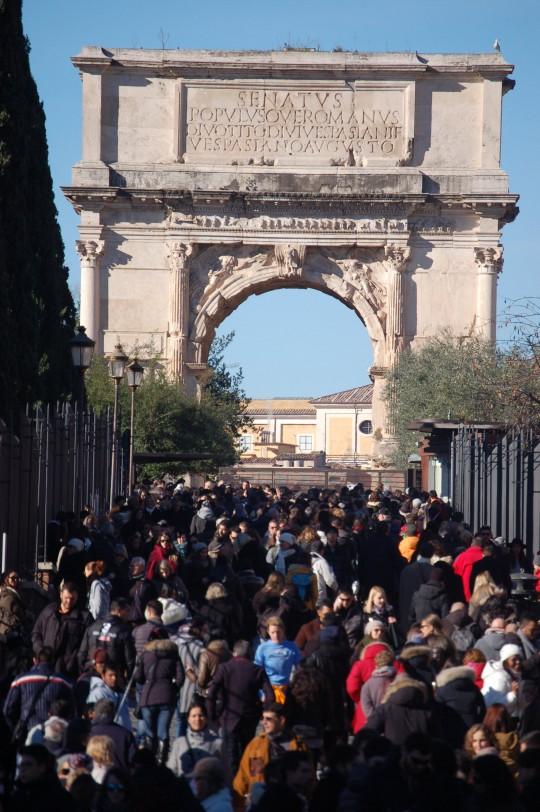 El gentío ante el Arco de Tito.