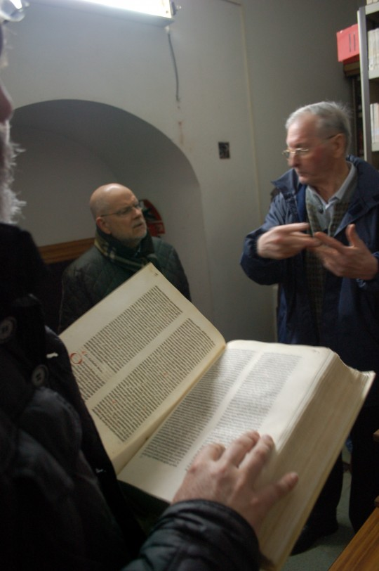 Juanjo Agirre da explicaciones sobre uno de los incunables guardados en el Archivo de Lazkao.
