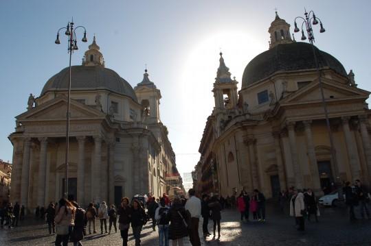 Las iglesias gemelas de Santa María dei Miracoli y del Montesanto. en la Piazza del Popolo.
