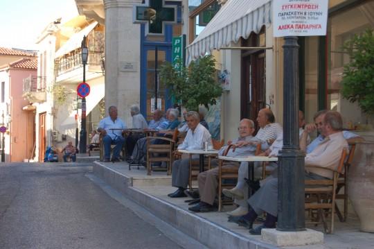 Ancianos a la puerta de los cafés en Arhanes, Creta.
