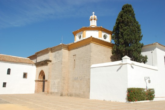 Otra vista exterior del monasterio, con la entrada de la iglesia.