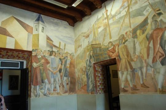 Frescos de Vázquez Díaz, a la entrada del monasterio.