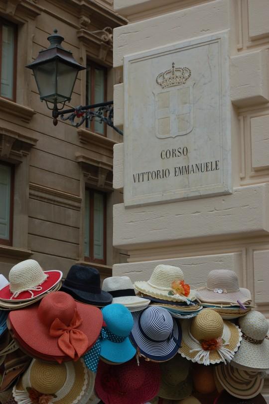 Puesto de sombreros en la calle principal de Trapani.