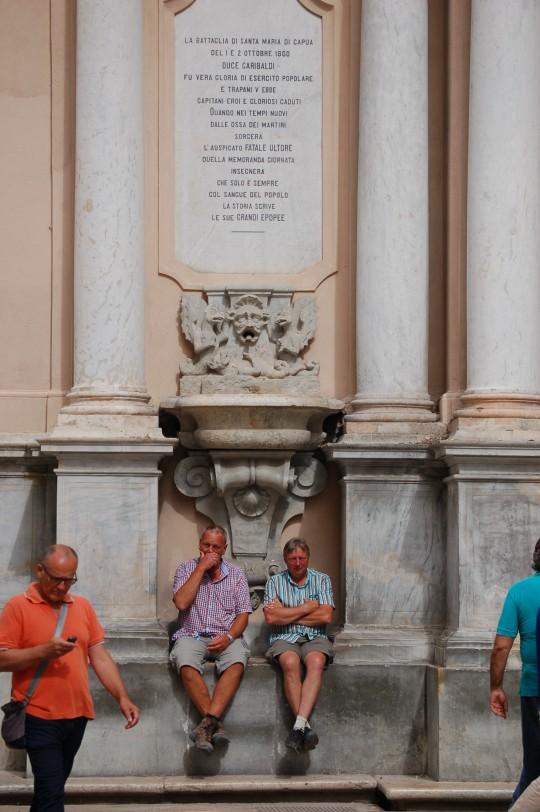 Turistas descansando en el Palazzo Senatorio.