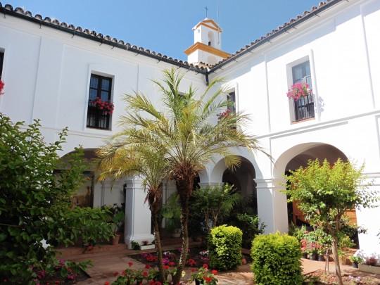 El luminoso y sencillo claustro del Monasterio de La Rábida.