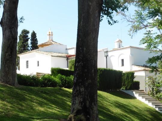La blanca silueta del monasterio, en un cuidado entorno.