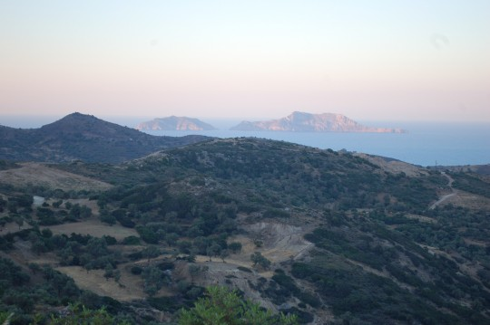 El amanecer cretense sobre el Mar de Libia, con los islotes Paximadia al fondo.