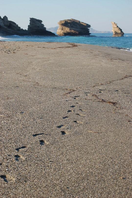 Triópetra (tres piedras) desde el otro lado, la playa de guijarros.