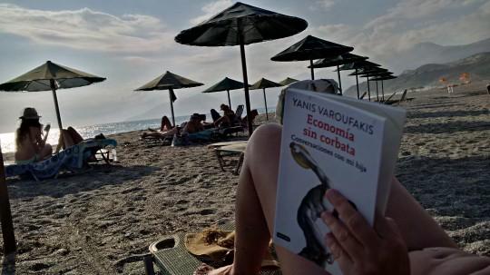 Leyendo a Varoufakis en la playa de Triopetra.