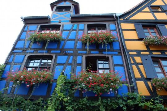 Colores y flores en las fachadas...