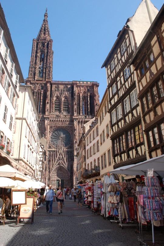 Hacia la fachada principal de la Catedral de Notre Dame de Estrasburgo.