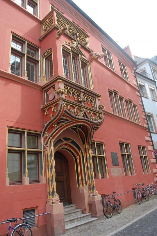 La casa donde vivió Erasmus de Rotterdam, en la calle de los Franciscanos.