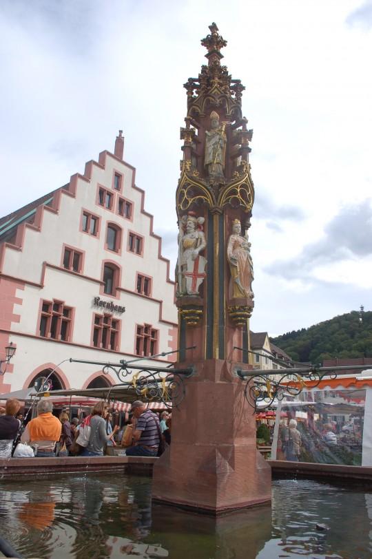 Fuente policromada en la Münsterplatz de Friburgo.