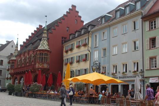 El Gran Almacén Histórico ('Historiches Kaufhaus'), en rojo, uno de los edificios simbólicos de Friburgo.