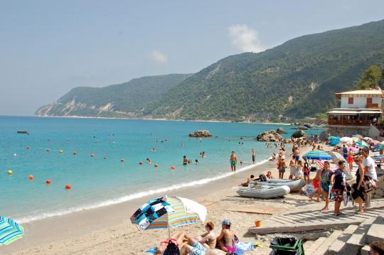 La pequeña y visitada playa de Agios Nikitas.