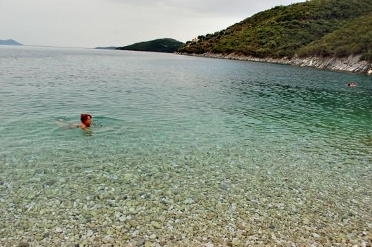 Un baño nublado en Mikrós Gialós.