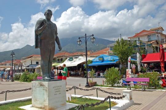 La estatua de Onassis, en el paseo marítimo de Nydrí.