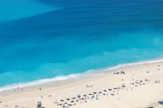 Agua y arena en la playa de Myrtos, Cefalonia.