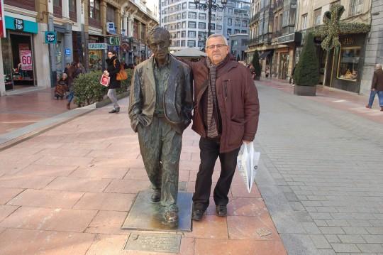 De paseo con mi amigo Woody, en el centro de Oviedo.