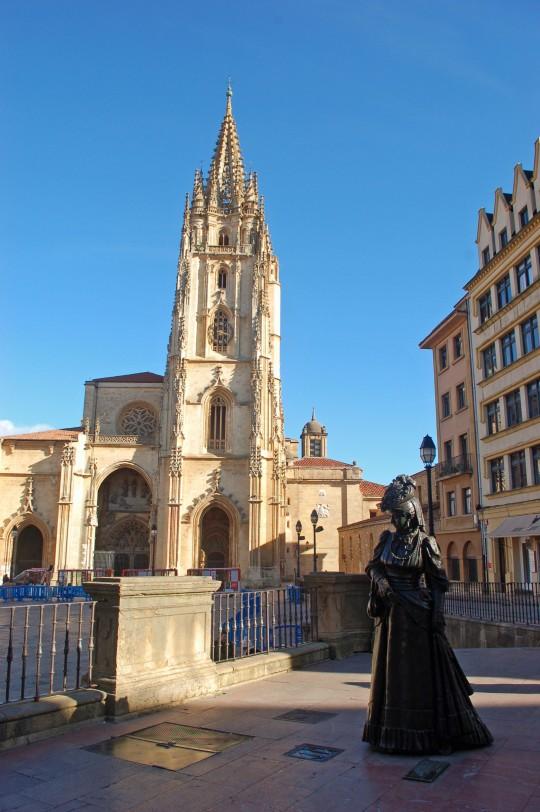 La Regenta pasea ante la Catedral de Oviedo.