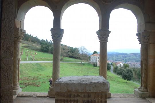 Vista del paisaje desde el pórtico frontal de Santa María.