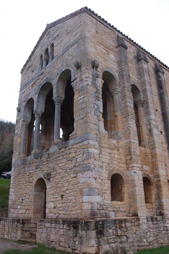 Vista trasera de la iglesia prerrománica.