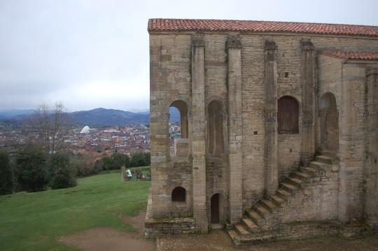 Vista lateral de Santa María, con Oviedo al fondo.
