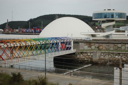 El modeno centro cultural de Niemeyer.