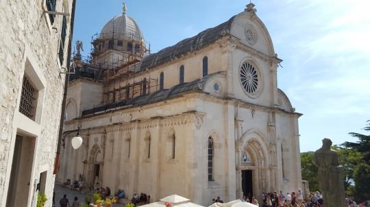 Visión general de la peculiar catedral.