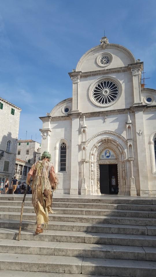 Una figurante, ante la Catedral de Sibenik.