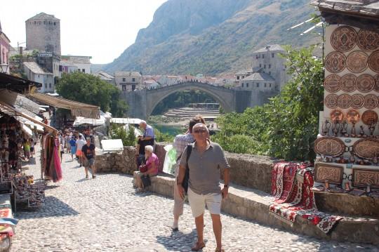 El puente otomano, siempre presente al fondo.