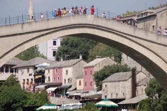 Numerosos visitantes sobre el puente.