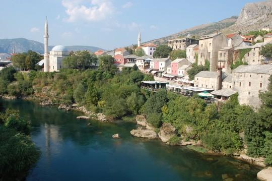 Casas musulmanas, minaretes y mezquitas a la orilla del Neretva.