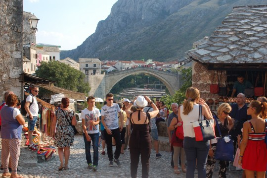 Los turistas, no las tropas, invaden ahora Mostar.