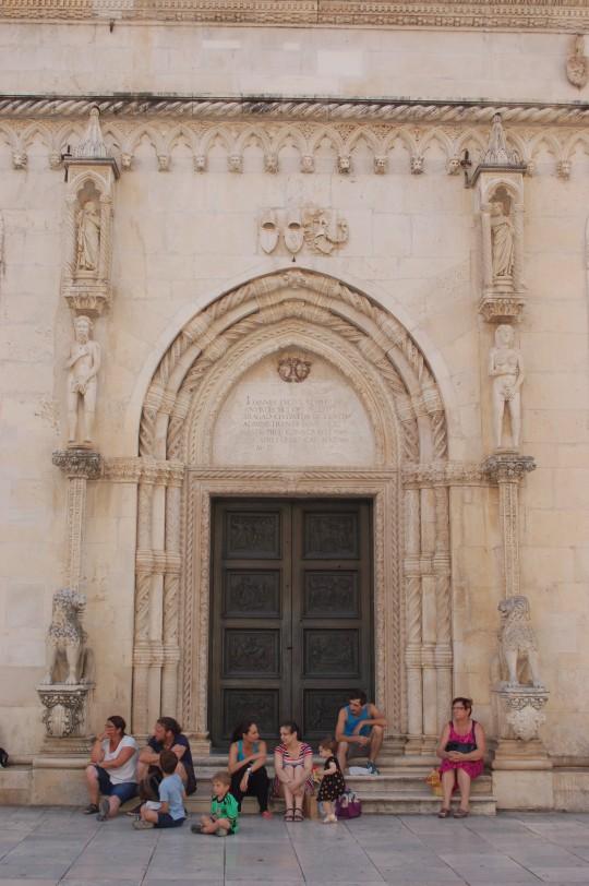 Detalles de la portada lateral de la catedral.